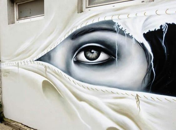 mur oeil de femme à travers rideau.jpg
