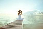 19825884-caucasien-femme-pratiquant-le-yoga-au-bord-de-la-mer.jpg