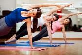 24382136-beau-groupe-de-femmes-pratiquant-le-yoga-planche-de-c-t-pose-pendant-un-cours-dans-une-salle-de-gym.jpg