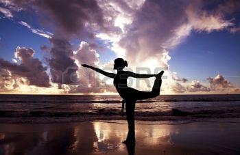 8915322-femme-de-yoga-sur-la-magnifique-plage-au-lever-du-soleil.jpg