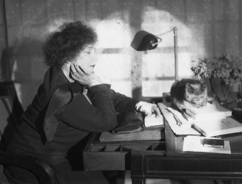 1930 Colette par Andor Kertész 01.jpg