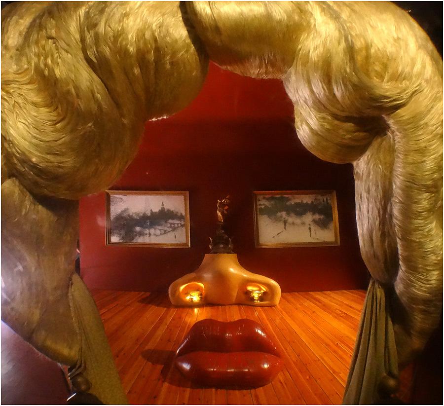 Dalí Salvador Chambre de Mae West.jpg