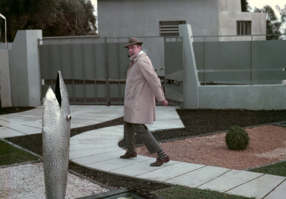mon-oncle-1958-001-tati-giving-the-fish-fountain-a-wide-berth.jpg