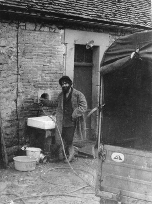 premiere salle de bain dans la cour. 1976.jpg