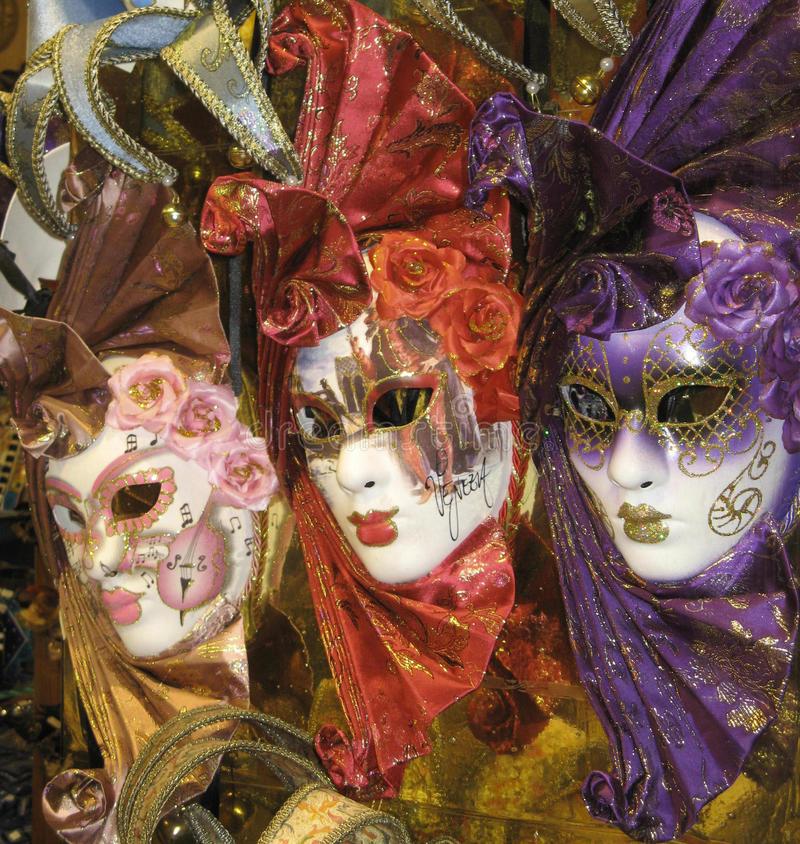 venetiaanse-maskers-49499388.jpg