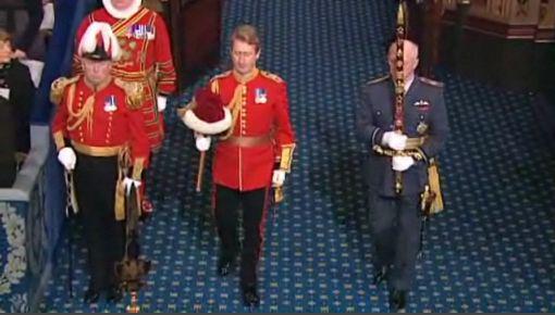 monarchie britannique épée et chapeau - Copie.jpg