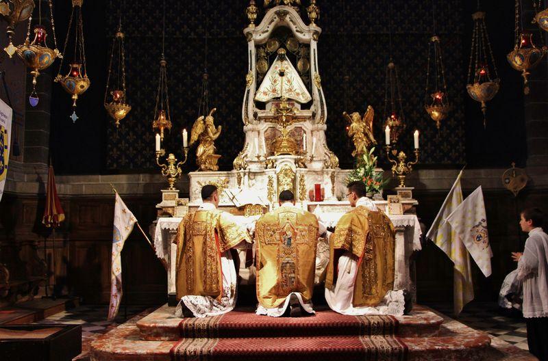 4 - Messe solennelle au maître-autel.JPG