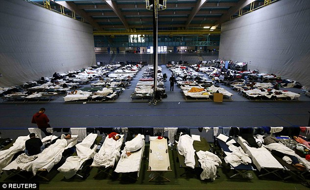 2CB5553000000578-3249667-Migrants_and_refugees_rest_on_beds_at_an_improvised_temporary_sh-a-104_1443223044869.jpg