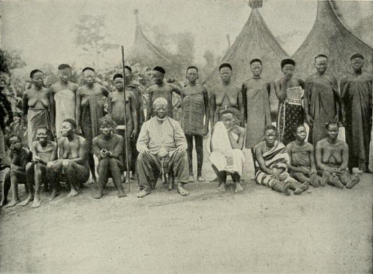 The Sultan of Bangassou and his wives 1906.png