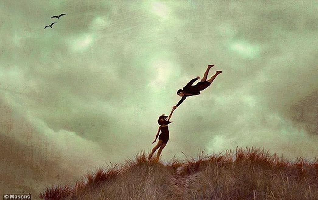 Les poèmes qui ne servent à rien Se diluent dans le vide des jours Ils délassent ma main, ma tête Ils remplissent mes pages Encombrent mes tiroirs Les poèmes qui ne servent à rien Chantent la vacuité du monde L'ennui qui nous traverse, intemporel et mystérieux Les poèmes qui ne servent à rien Sont des traces dans la poussière emportée par le vent Ils gardent en eux le souvenir invisible de la quête des vivants Tel le reflet d'un ciel sans nuage Dans l'eau immobile d'un lac...  ©Un espace de poésie