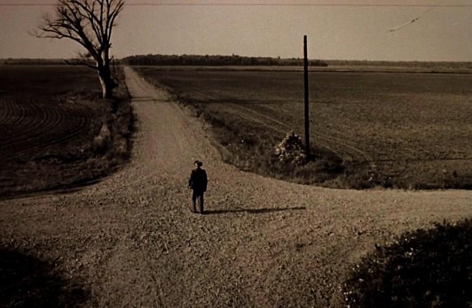 Là où se croisent les chemins Personne ne s'arrête bien longtemps De peur de ne plus repartir De peur de ne plus savoir où aller Là où se croisent les chemins S'entremêlent nos amours Et se brouillent nos destinations Là où se croisent les chemins Les racines sortent de terre Guettant nos pas hésitants Là où se croisent les chemins Il y a des flaques aux reflets douteux De la boue sur nos chaussures Et de la brume dans nos têtes Là où se croisent les chemins Le soir n'arrive jamais Et l'enfance s'éternise Là où se croisent les chemins J'aurais voulu construire une maison Pour te garder au chaud Là où se croisent les chemins Hélas personne n'habite J'y repasse chaque jour Je n'y croise que du vent Du vent et des feuilles mortes  ©Un espace de poésie