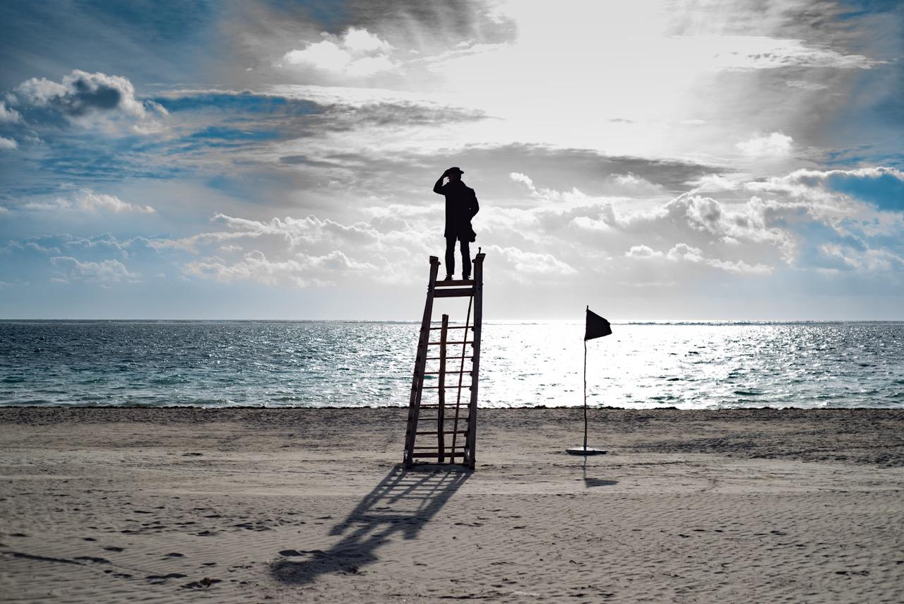 Les bateaux qui passent au large Sont toujours un peu trop loin Toujours un peu trop petit Si petits qu'entre mes doigts Je pourrais les écraser  Les bateaux qui passent au large Sont définitivement loin Des récifs sur le rivage Et des traces que je laisse Sur le sable mouillé de la plage  Les bateaux qui passent au large Ne savent pas qui je suis Ils ne connaissent que les marins Qui vivent dans les ports  Les bateaux qui passent au large Ne font pas de vagues Ils s'en vont Tranquilles sur l'océan  ©Un espace de poésie