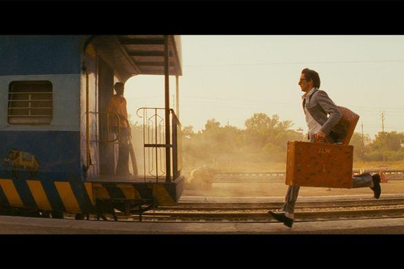 Je laisse la place, à qui le tour ? A toi mon amour ? Moi je suis las Des beaux discours, faux-cul dans la glace Je pars hélas, vite et sans détour  Je me casse, je vais et je cours Au bout du bourg, jusqu'à Montparnasse Sauter dans le premier train qui passe Et qui s'en va loin des alentours  Respirer l'air de loin de Paris Voir les couleurs qui sont pas d'ici Voir si le ciel est plus bleu là-bas  Plus bleu que le bleu des gyrophares Je m'en vais loin des grands boulevards Je m'en vais, je ne reviendrai pas  ©Un espace de poésie