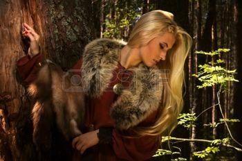 15488056-fille-scandinave-avec-des-peaux-de-fourrure-sur-un-fond-de-for-t.jpg