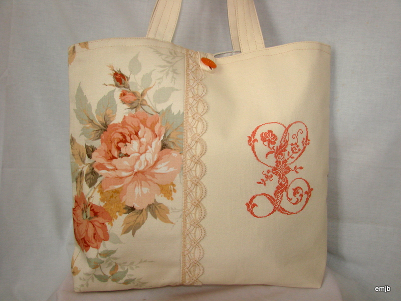 sac tissu roses anciennes et monogramme brod l le grenier d 39 eug nie. Black Bedroom Furniture Sets. Home Design Ideas