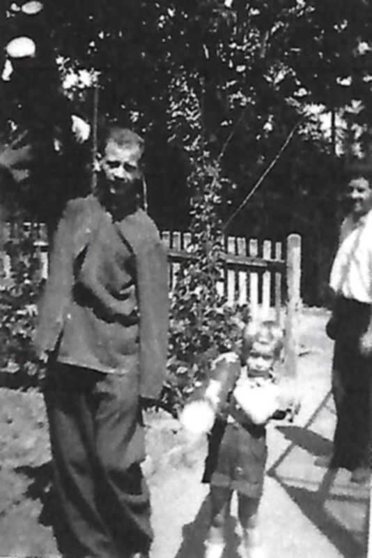 1945 paté au travail fronz 4 ans.jpg
