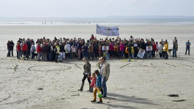150-manifestants-anti-linky-sur-la-plage-saint-nic.jpg
