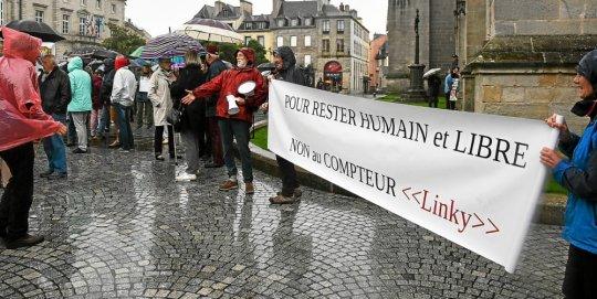 environ-200-personnes-etaient-reunies-devant-la-cathedrale_4201367_540x271p.jpg