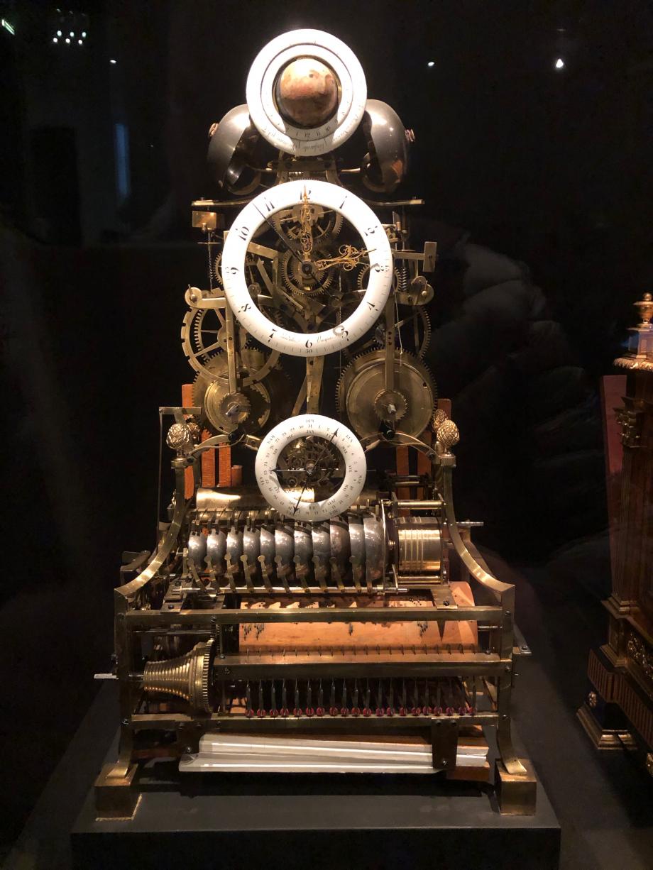 Dans la salle des automates : Pendule squelette avec jeu de flûte et carillon 1790