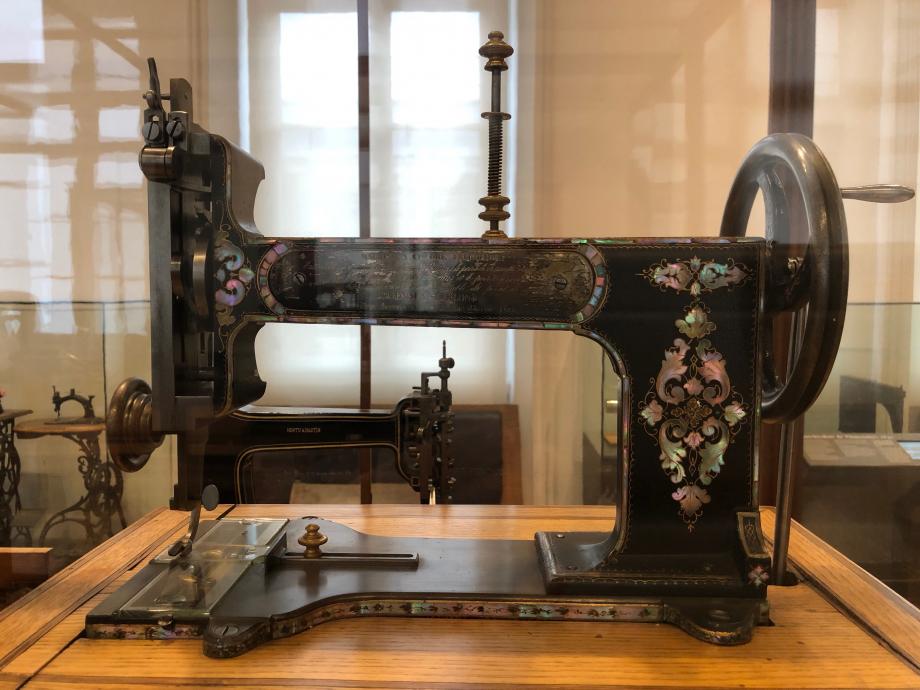 Machine à coudre Journaux-Leblond exécutant les trois points de couture 1862