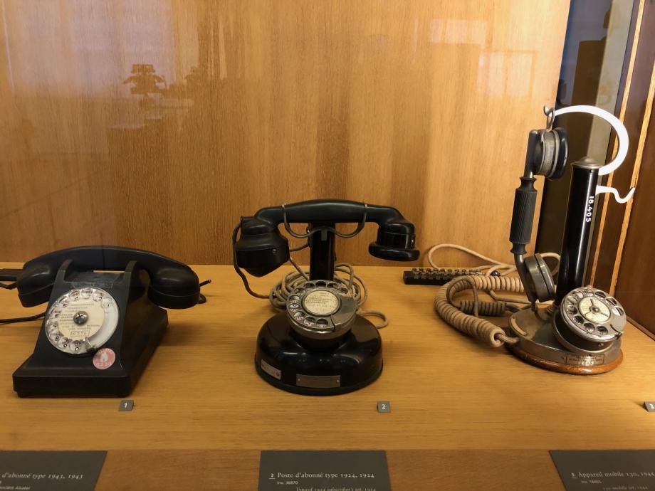 ils étaient beaux ces vieux téléphones de gauche à droite : 1943 - 1924 - 1944