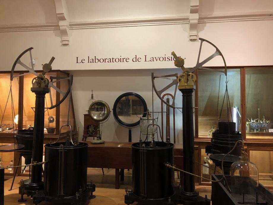 Lavoisier a donné à la chimie ses bases théoriques. Un siècle plus tard, ses découvertes contribueront à la naissance de l'industrie Chimique. Turgot en avait fait le premier régisseur des Poudres et Salpêtre du royaume. (source plaquette du musée)