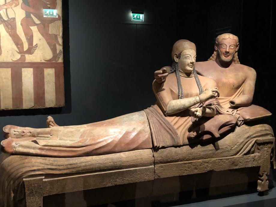 une très belle pièce de cette exposition : Sarcophage dit Sarcophage des Epoux vers 520/510 avant JC une belle réalisation de l'art étrusque faisant partie des collections du Musée du Louvre