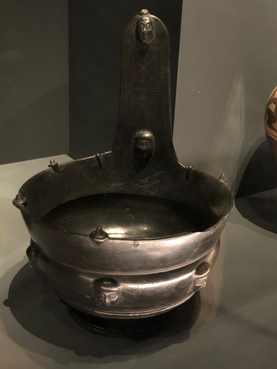 Kyathos à décor incisé et des têtes appliquées vers 550/500 avant JC