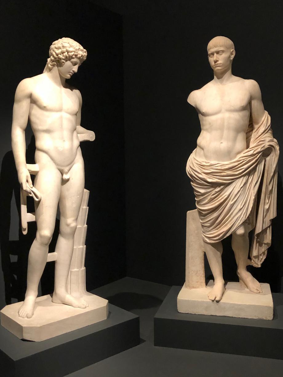 Statues de jeunes hommes