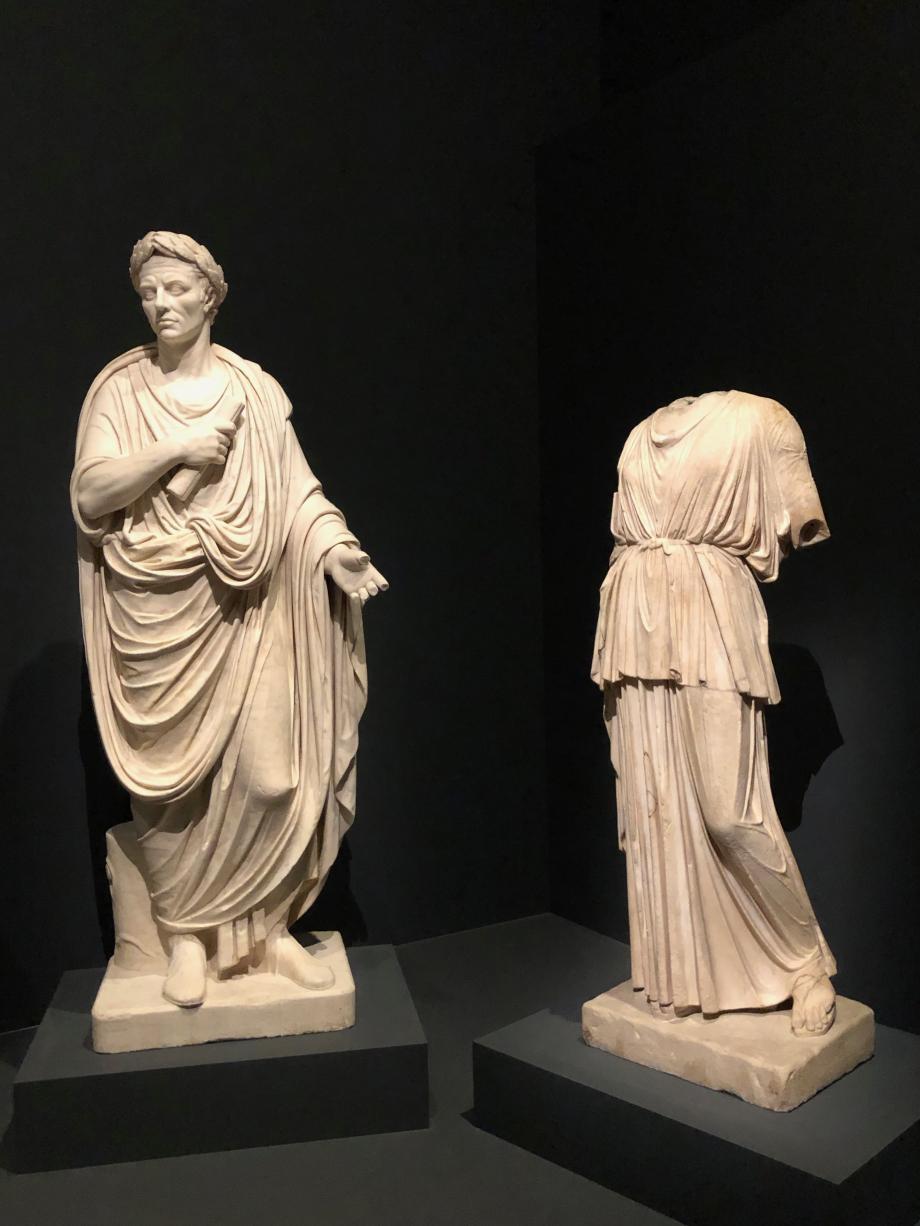 Statue de César Statue de jeune femme