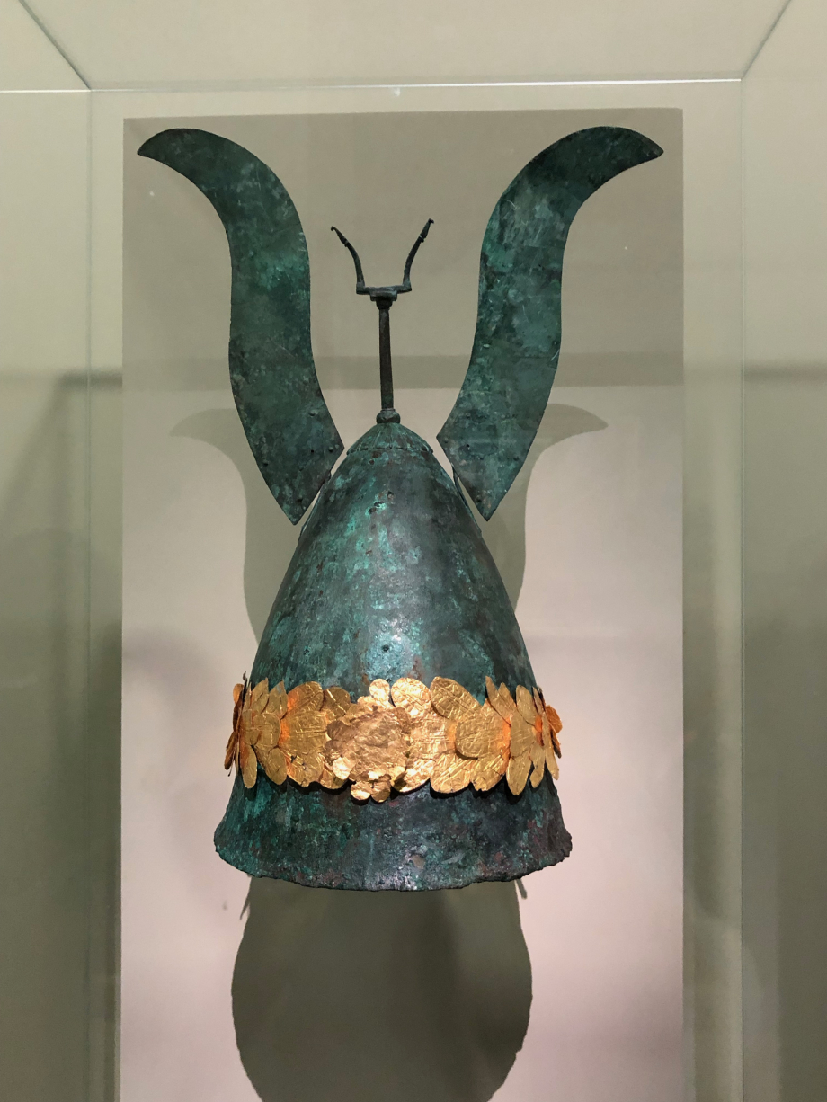 Casque orné d'une couronne de laurier bronze, or vers 325/300 avant JC j'ai retrouvé le casque d'Astérix