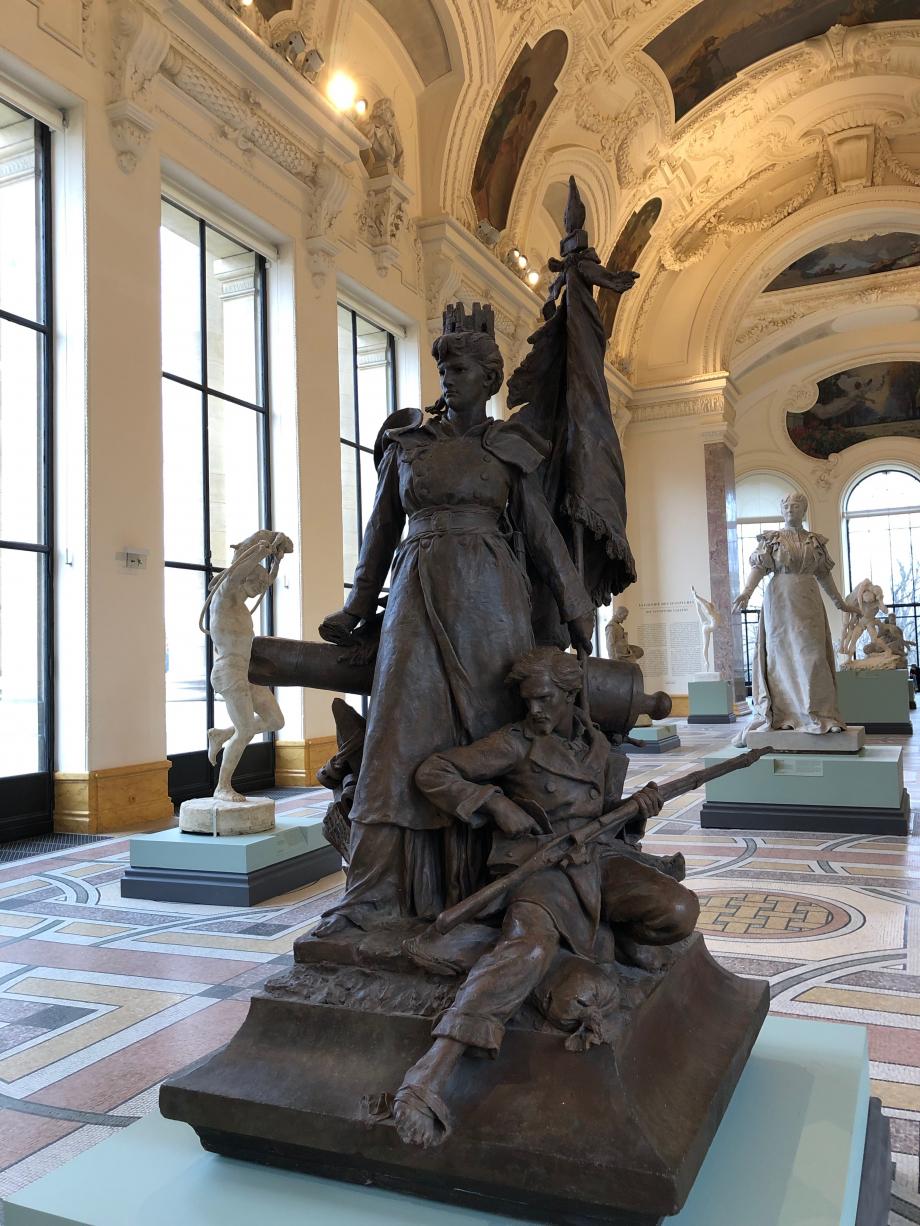 Ernest Barrias - La Défense de Paris - 1880 Ernest Barrias remporta un concours en 1879, le département de la Seine souhaitait rendre hommage à la résistance des Parisiens pendant la guerre de 1870. La statue de Barrias est toujours en place à la Défense (ce qui donna son nom au quartier d'affaires)