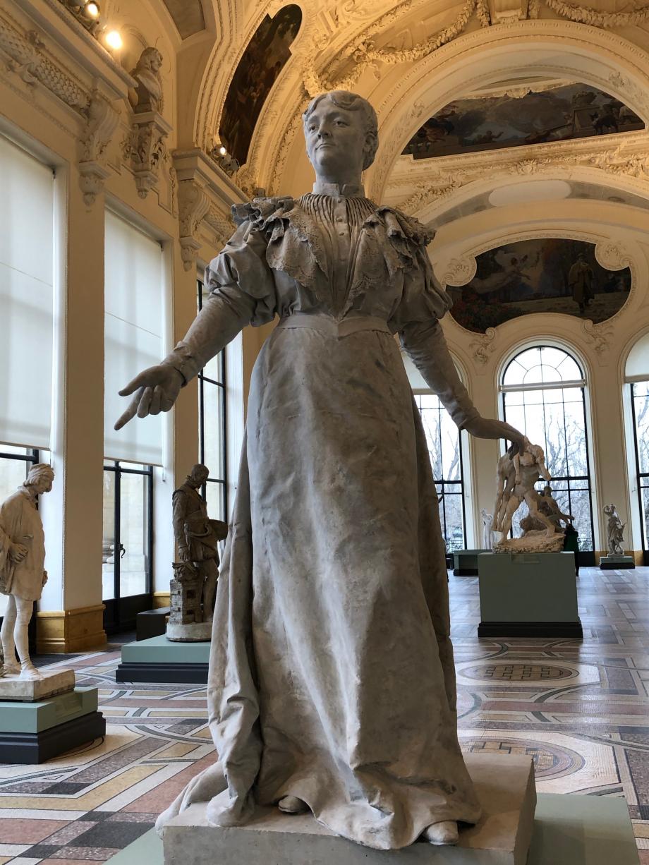Ernest Barrias - Maria Deraismes - 1898 Maria Deraismes (1828-1894) est une femme de lettre et journaliste, pionnière du féminisme en France. Elle fonde et préside la Société pour l'amélioration du sort de la femme qui a sa mort fait ériger un monument en son honneur.
