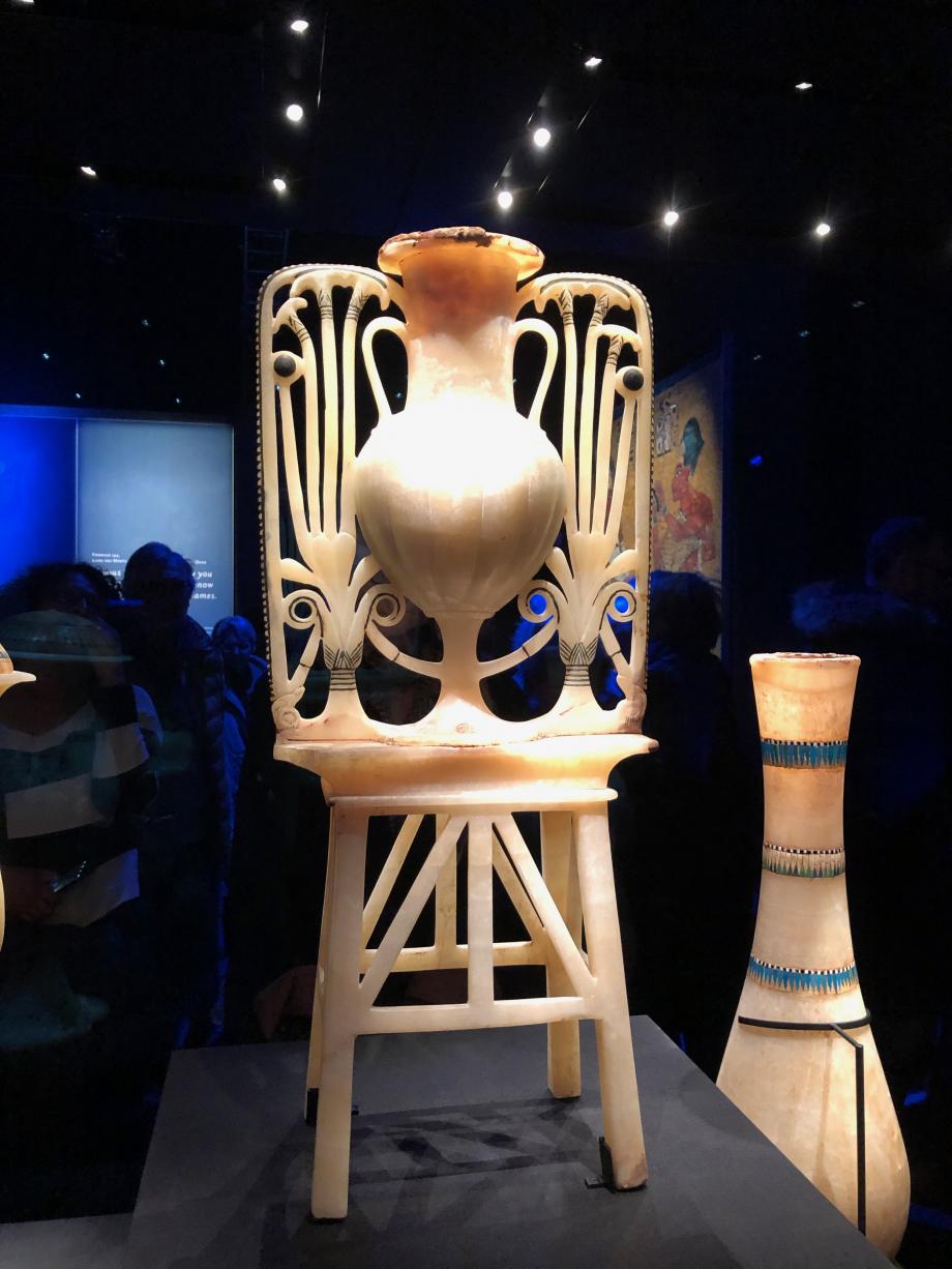 Vase à onguent en calcite arborant le papyrus et la fleur de lotus
