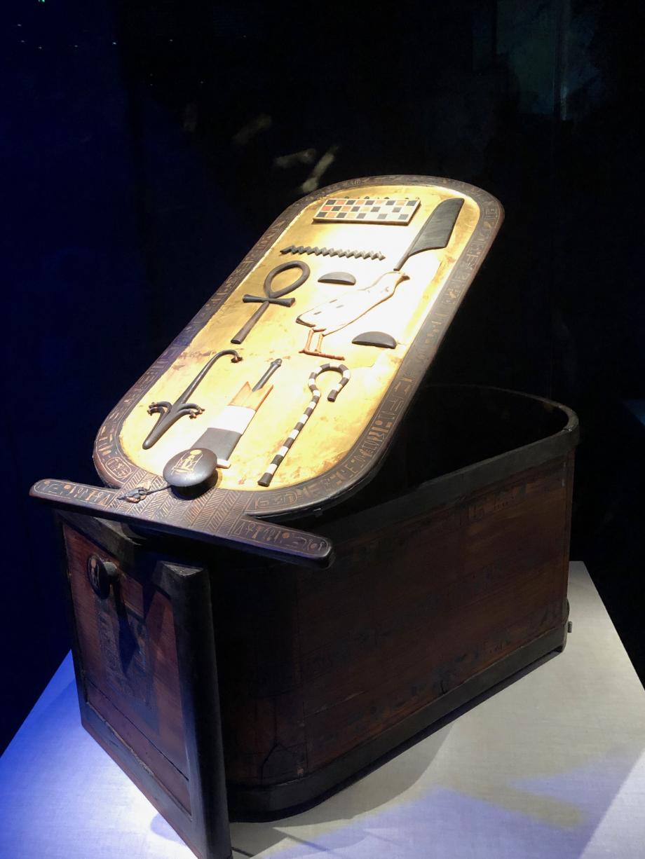 Boîte avec cartouche en bois incrusté de nombreux bijoux, crosses, fleaux ont été trouvés dans une boîte de marqueterie à l'intérieur de ce coffret
