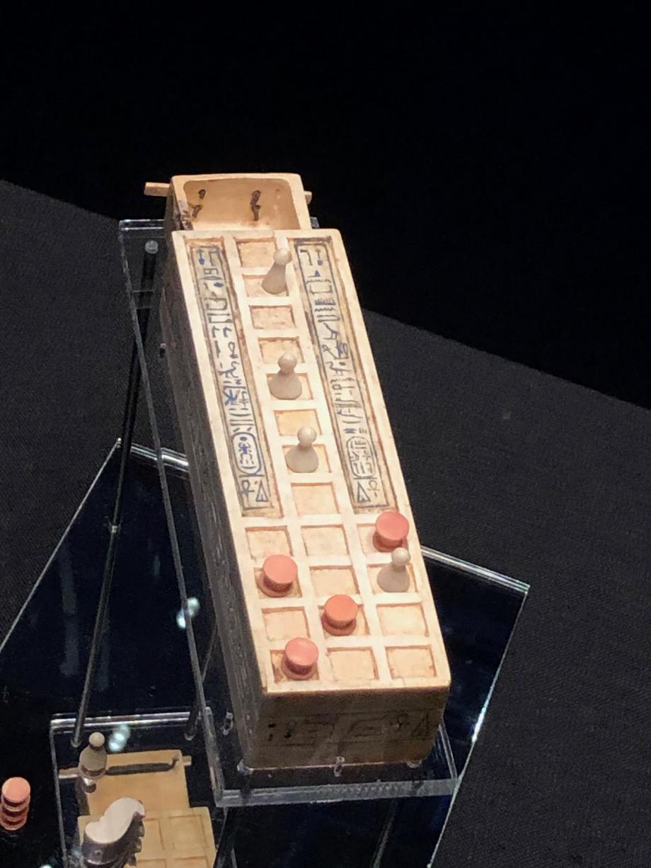 Plateau de jeu miniature Toutânkhamon et d'Ankhésenamon sont représentés jouant au senet sur le coffret du plateau de jeu règle du jeu de senet : les joueurs devaient déplacer les cinq disques et les cinq cônes sur le plateau et lancer les astragales pour déterminer ses déplacements sur le plateau de jeu