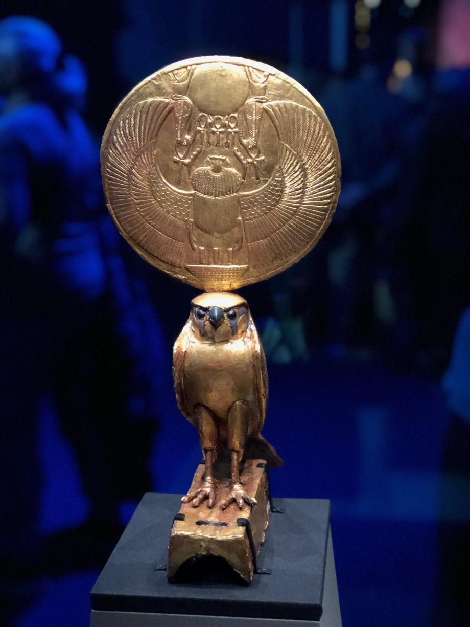 Figurine d'Horus sous les traits d'un faucon solaire Ce faucon en bois doré coiffé d'un disque solaire faisait partie des ornements d'un char Visible pour la première fois hors d'Egypte