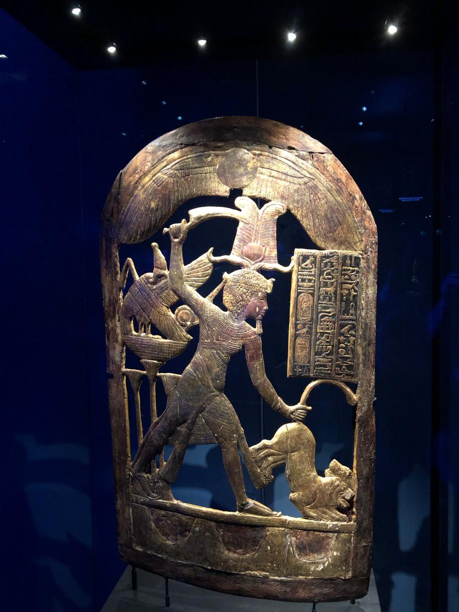Bouclier en bois doré montrant Toutânkhamon coiffé de la couronne Atef et mettant des lions à mort Visible pour la première fois hors d'Egypte