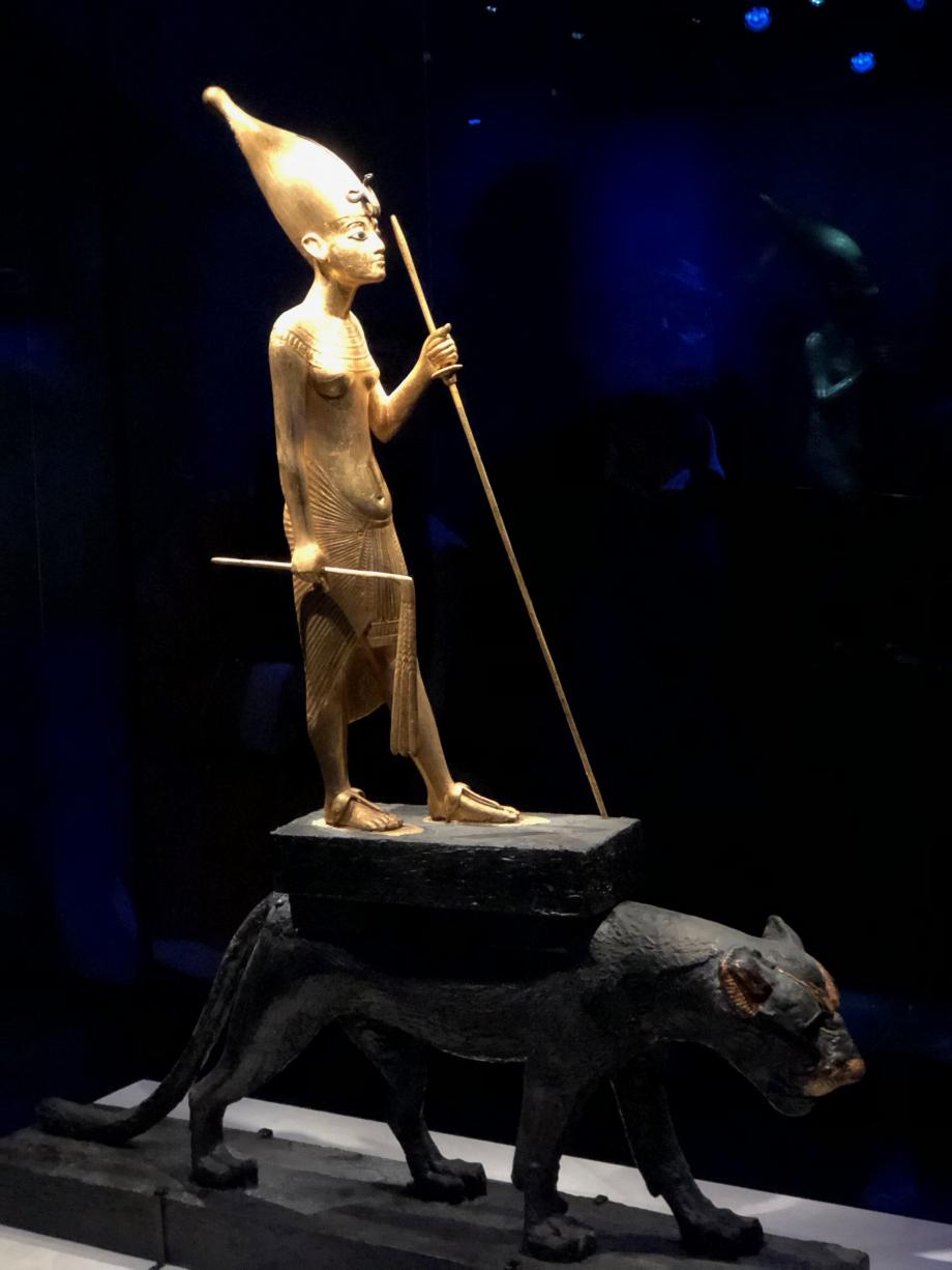 Statuette en bois doré de Toutânkhamon chevauchant une panthère noire vernie