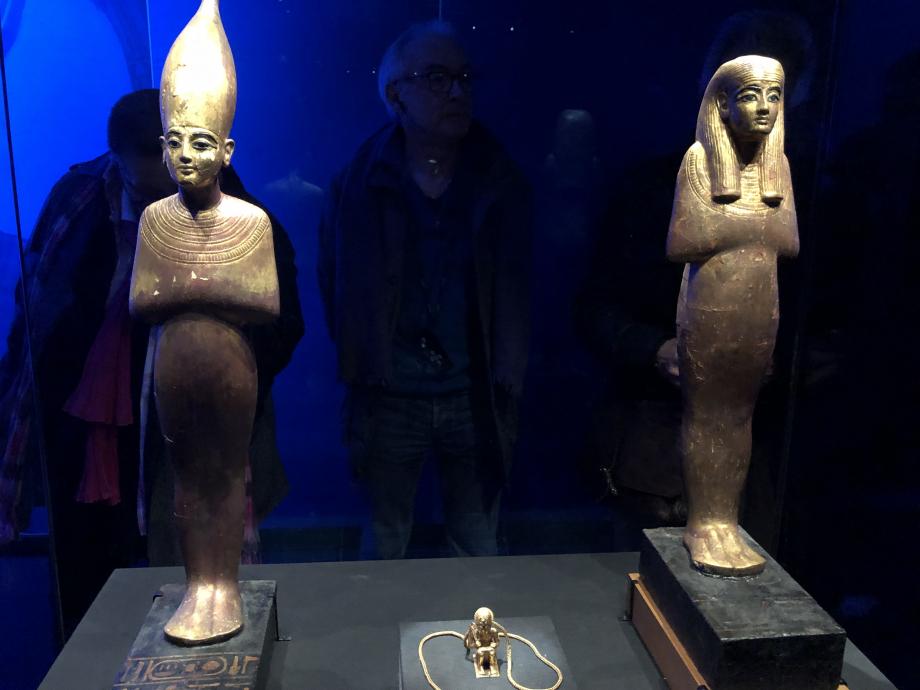 A gauche statuette en bois doré de Tata sur socle avec inscriptions (visible pour la première fois hors d'Egypte) A droite statuette en bois doré de Sened sur socle avec inscriptions