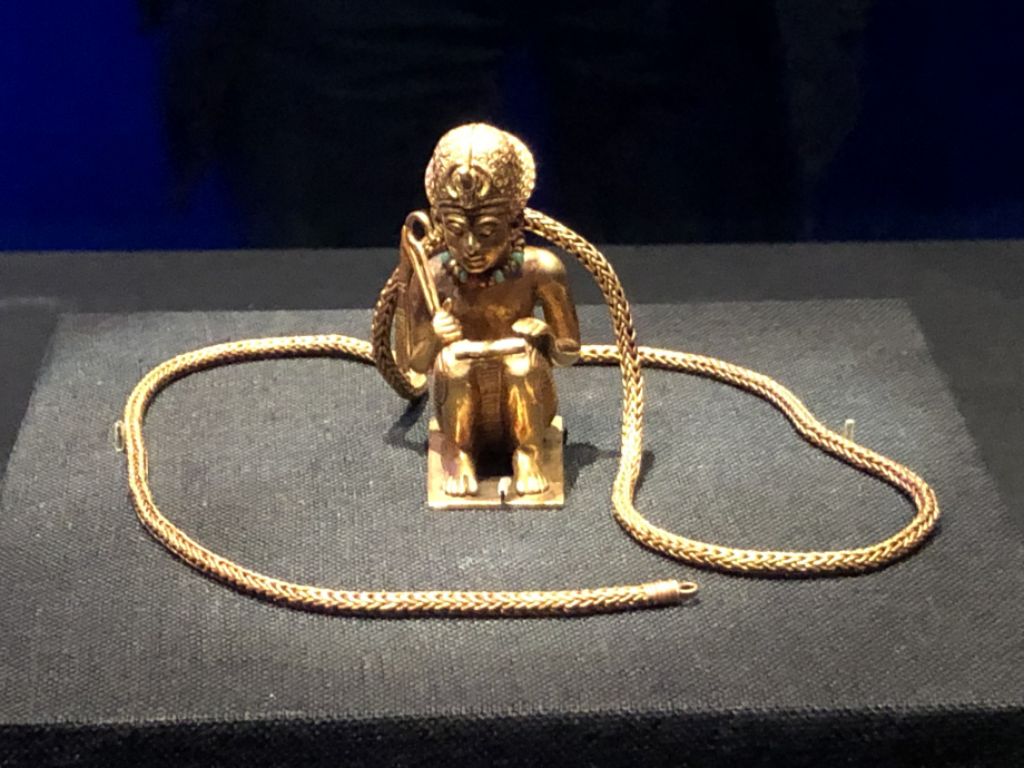 Figurine prosternée et chaîne en or du roi Amenhotep III Regardez sur la photo précédente la taille de cette jolie figurine par rapport aux 2 statuettes