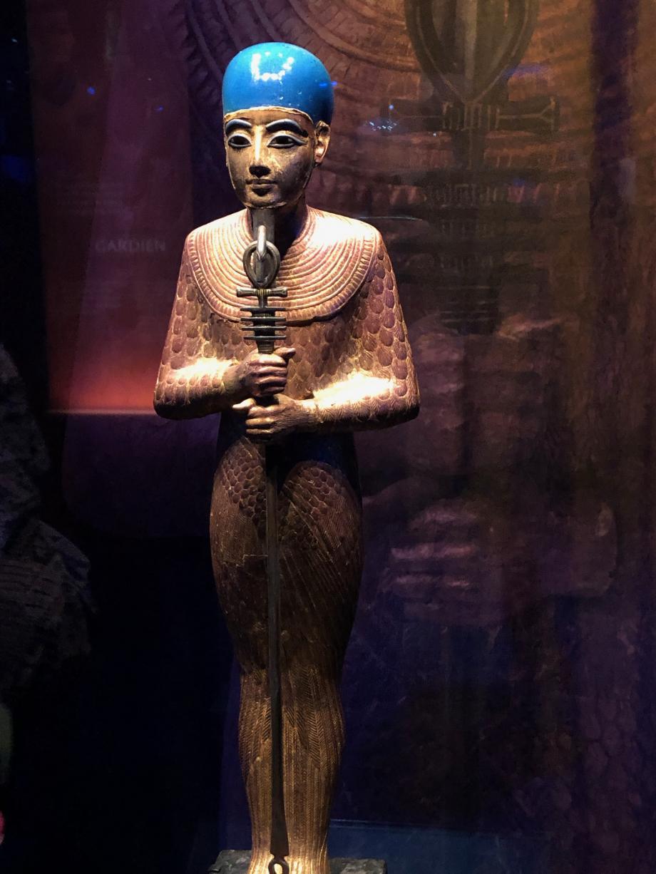 Statue de Ptah en bois doré Ptah porte une coiffe en verre bleu cobalt