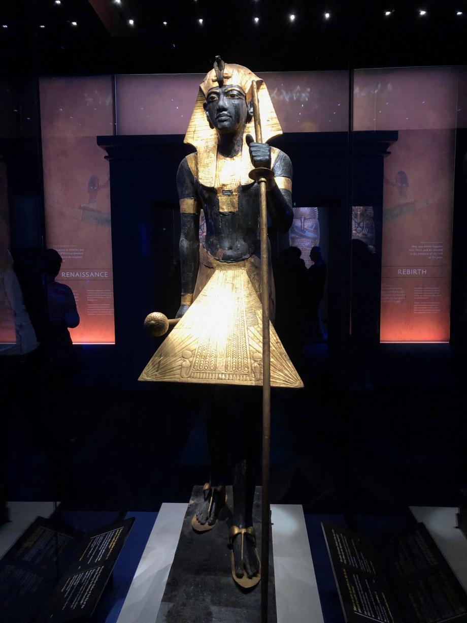 Statue en bois du gardien du Ka du roi, portant la coiffe Némès Visible pour la première fois hors d'Egypte