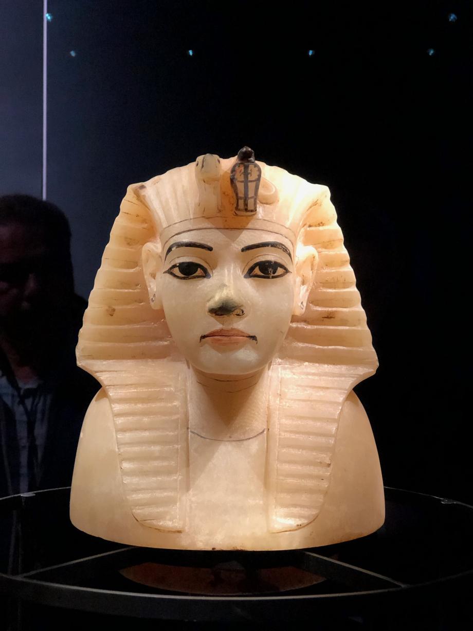 Couvercle de vase canope en calcite avec la tête du roi : nouvel empire  Dans l'Égypte antique, les vases canopes, au nombre de quatre, étaient destinés à recevoir les viscères embaumés du défunt. Ils étaient fabriqués en calcaire, en albâtre, en terre cuite, en céramique ou en faïence et étaient déposés près du sarcophage, dans la chambre funéraire du tombeau, sur une caisse ou une cuve.