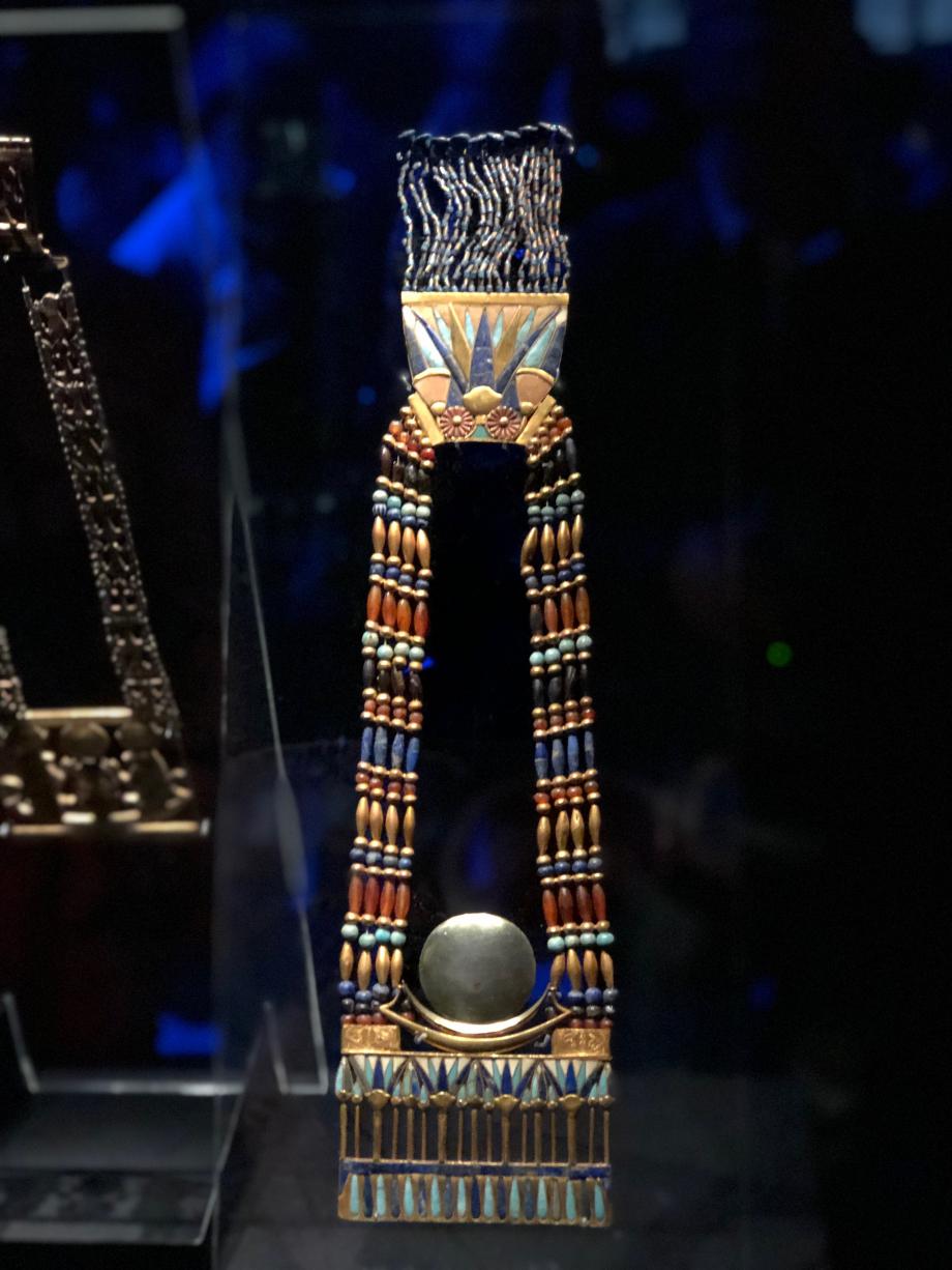 Pectoral de Toutânkhamon représentant une barque en or et un disque lunaire en argent avec contrepoids et chaîne Or, lapis-lazuli, feldspath vert, cornaline, verre