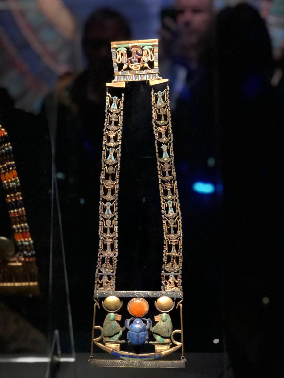 Pectoral en or ajouré, châine et contrepoids en lapis-lazuli flanqué de Thot or, argent, lapis-lazuli, turquoise, faïence, calcite