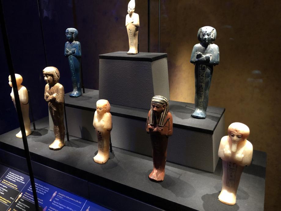 Chaouabtis : Ces statuettes représentent les serviteurs funéraires qui devaient répondre à l'appel d'Osiris et remplacer le mort dans les travaux des champs de l'au-delà.