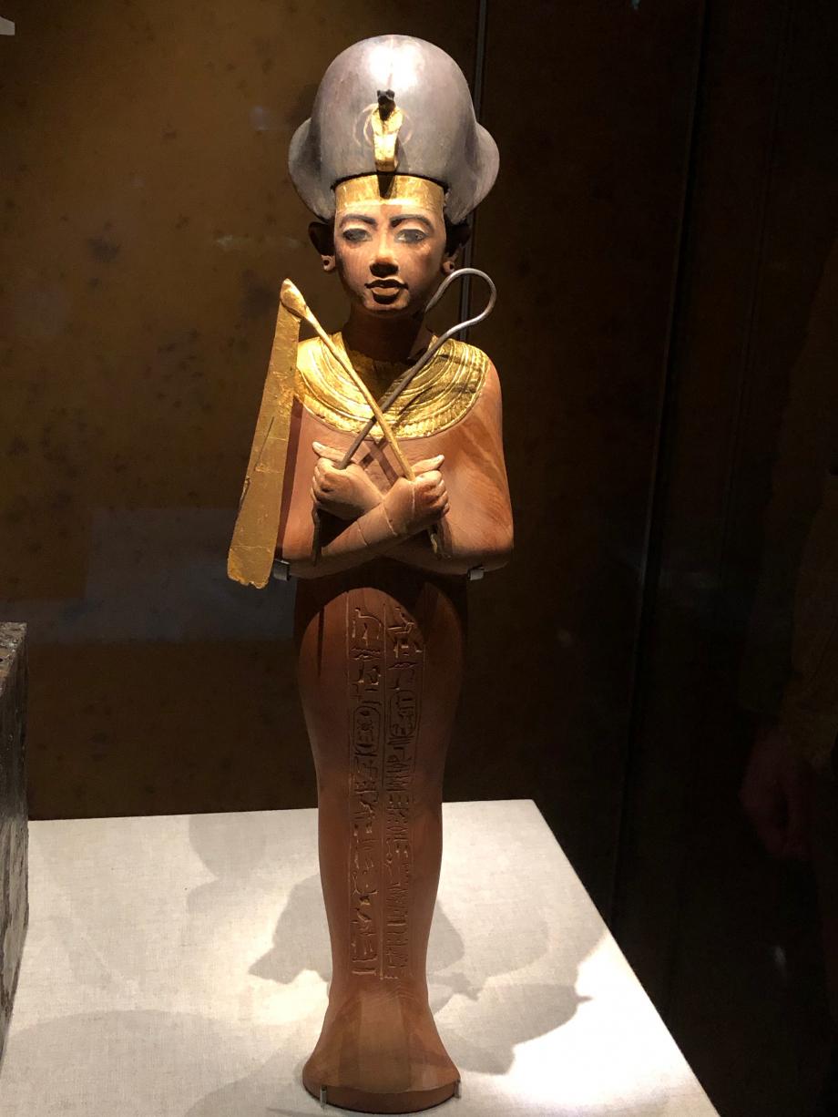 Chaouabti en bois portant la couronne de Khéprech et tenant la crosse et le fléau