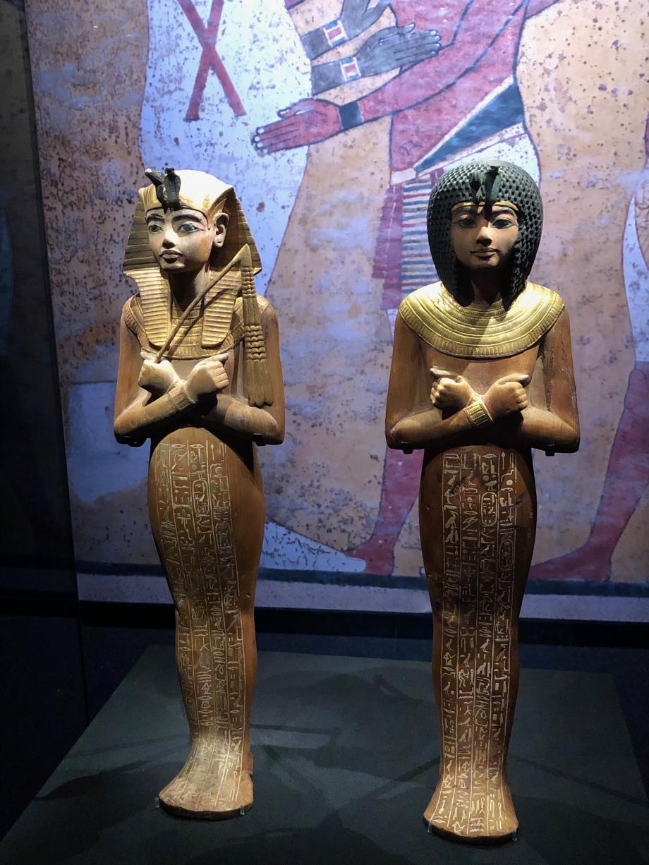 Chaouabti en bois portant un némès et un large collier et tenant un fléau