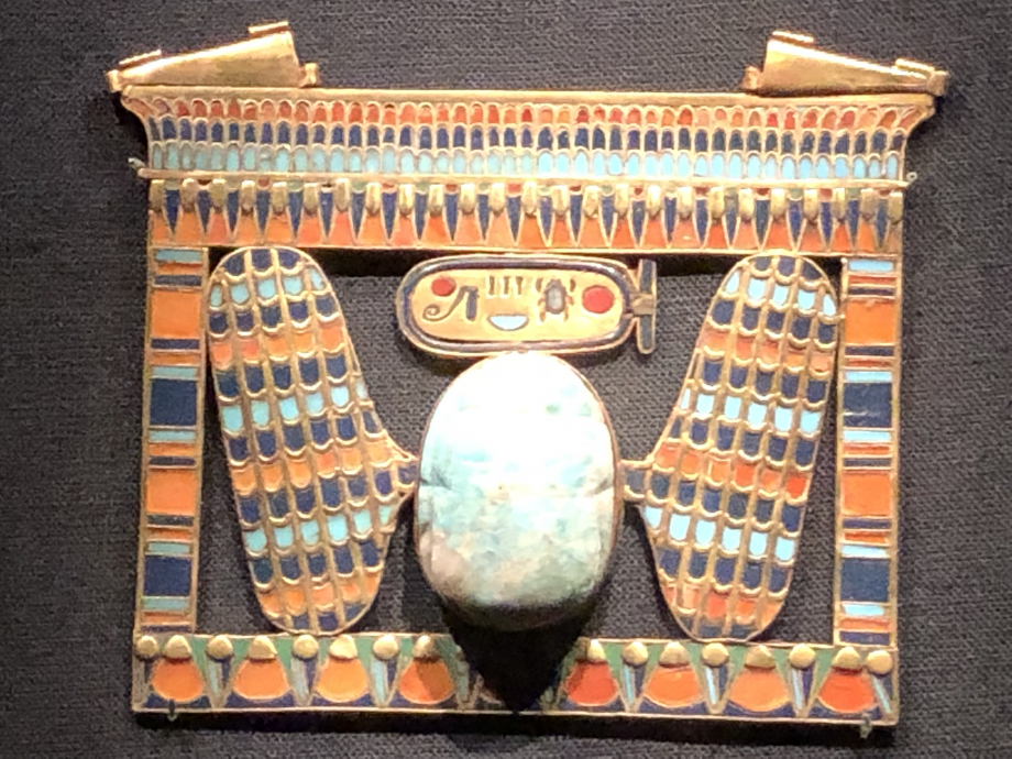 Pectoral incrusté d'or de Toutânkhamon sous en forme de naos incluant un scarabée ailé en feldspath